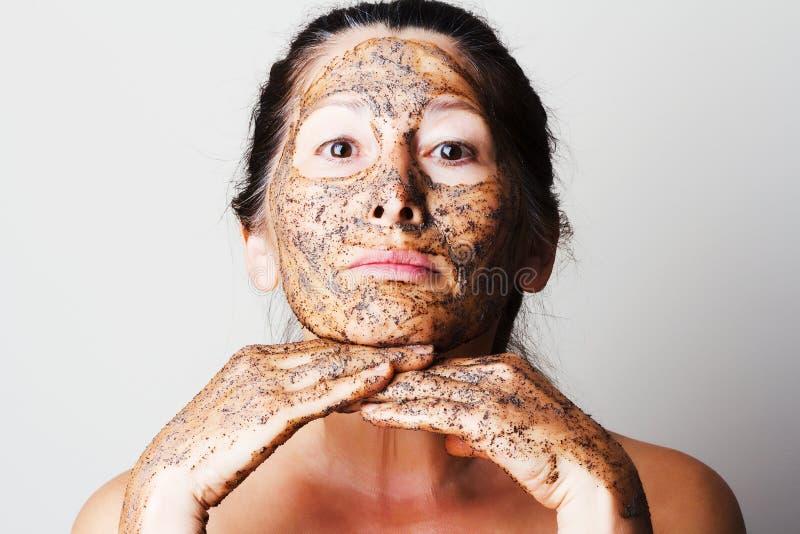 Donna matura che fa maschera cosmetica fotografia stock libera da diritti