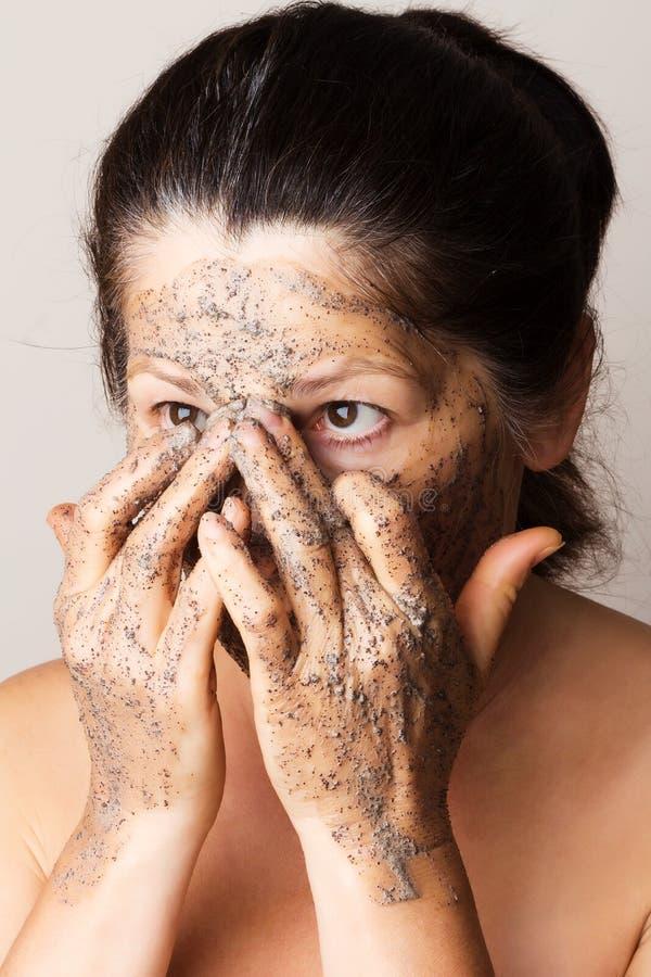 Donna matura che fa maschera cosmetica immagine stock libera da diritti