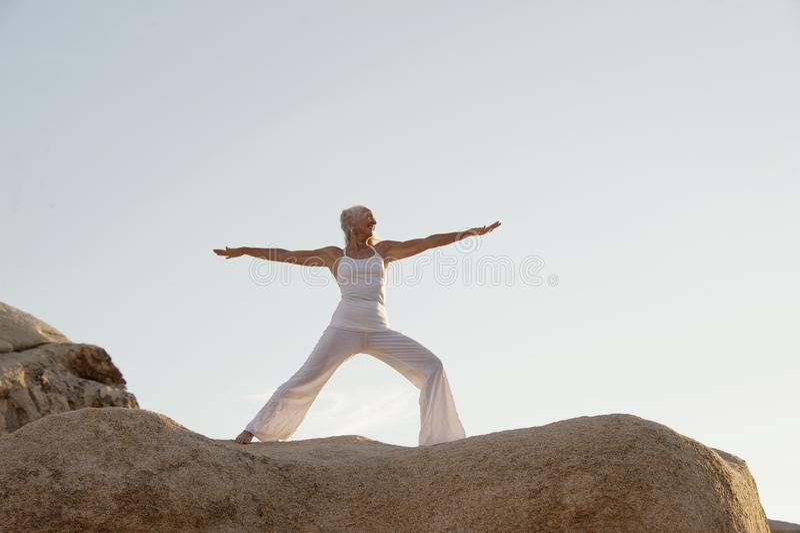 Donna matura del guerriero di yoga fotografia stock
