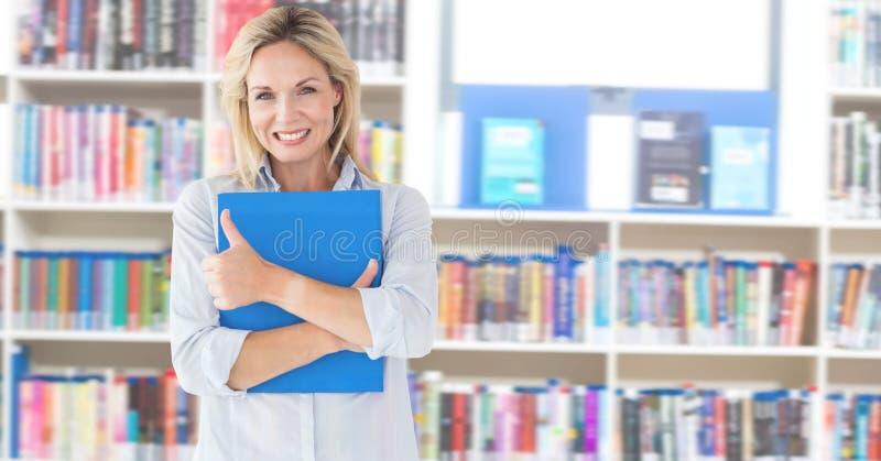 Donna matura dello studente nella biblioteca di istruzione immagini stock