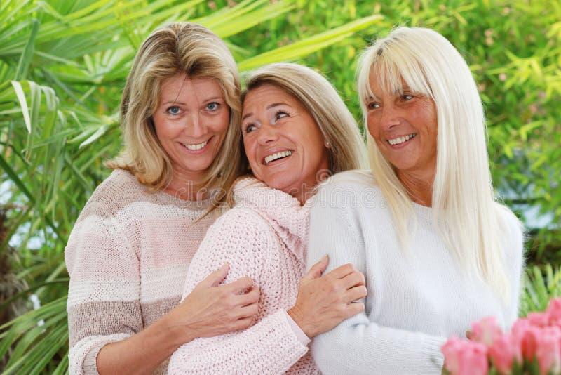Donna matura felice tre all'aperto immagine stock