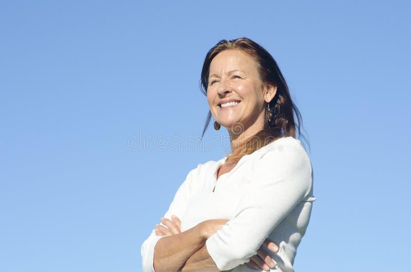 Donna matura rilassata amichevole felice fotografia stock libera da diritti