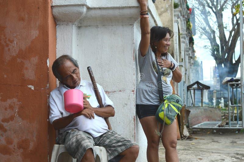 Donna matura schizofrenica accanto alla risata cieca del mendicante, parlando da solo, allucinante fotografie stock
