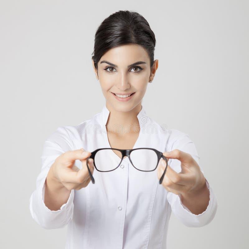 Donna medica sorridente dell'oculista immagini stock libere da diritti