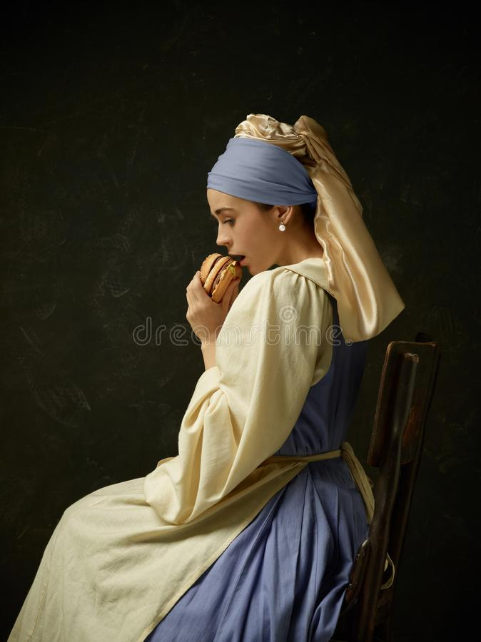 Donna medievale nel vestito e nel cofano d'uso dal corsetto del costume storico fotografia stock libera da diritti