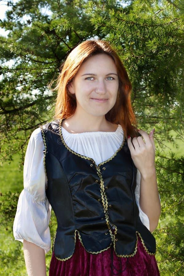Donna medioevale vicino all'abete fotografie stock libere da diritti