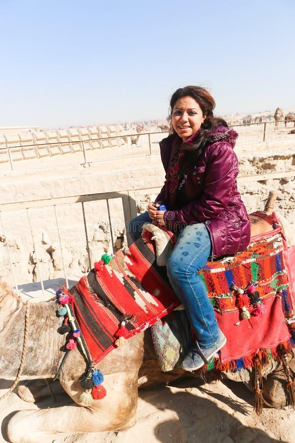 Donna messa sul cammello immagini stock libere da diritti