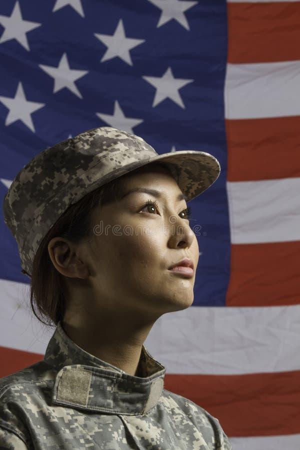 Donna militare davanti alla bandiera degli Stati Uniti, donna militare verticale davanti alla bandiera degli Stati Uniti, vertical immagini stock libere da diritti