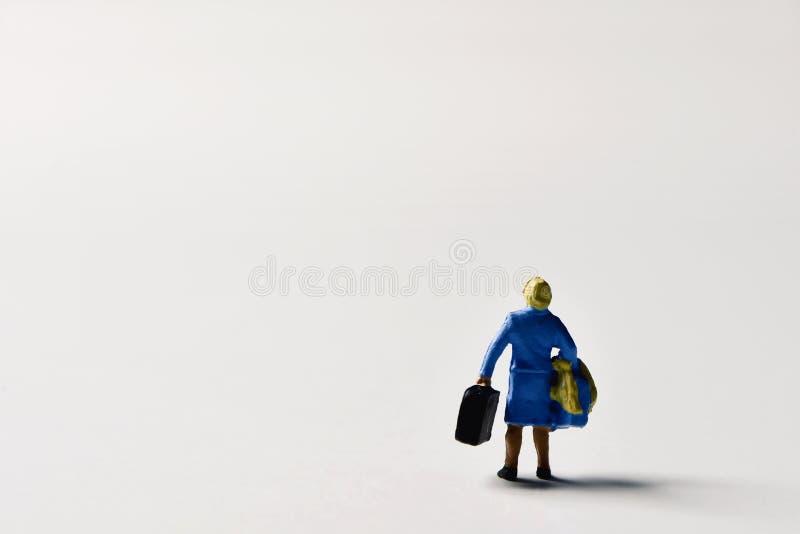 Donna miniatura del viaggiatore con le valigie immagine stock