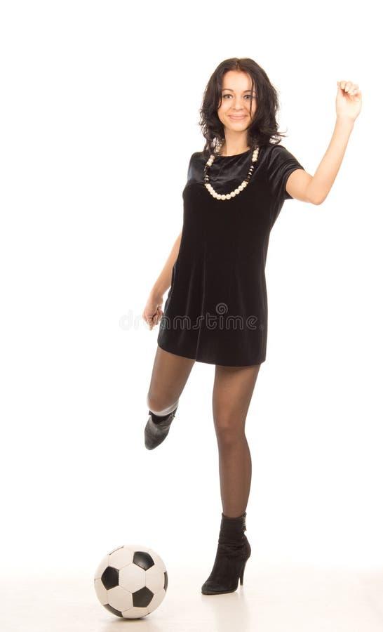 Donna in minigonna che d dei calci ad un pallone da - Pagina da colorare di un pallone da calcio ...