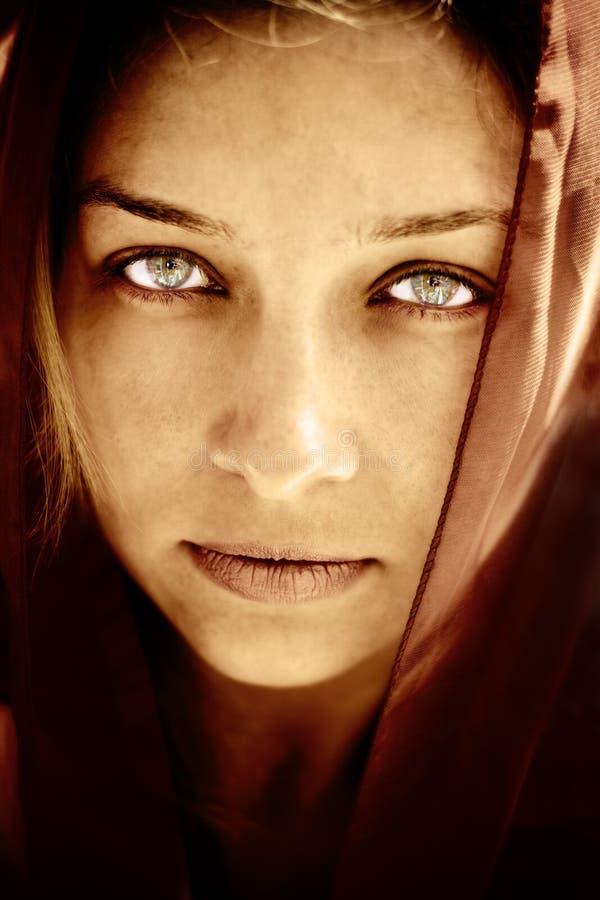 Donna misteriosa con gli occhi stunning fotografia stock libera da diritti