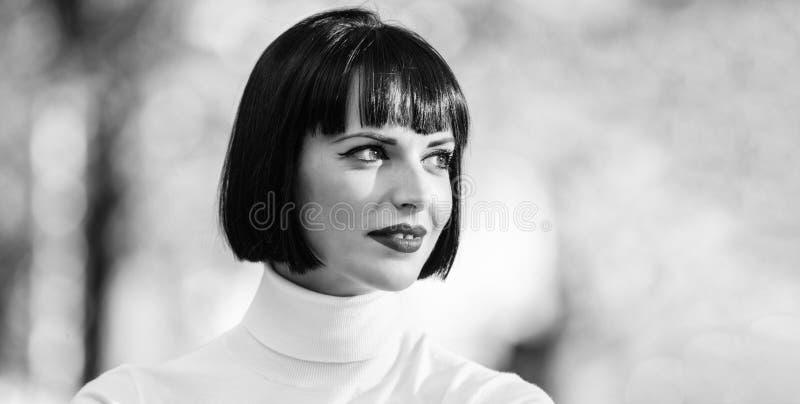 Donna misteriosa con la fine defocused del fondo delle labbra del fronte rosso di trucco su Accento luminoso di trucco sulle labb fotografia stock libera da diritti