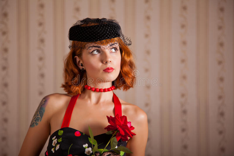 Donna moderna del pinup con piercing ed il tatuaggio immagini stock libere da diritti