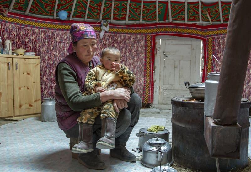 Donna mongola del nomade con il suo bambino dentro il suo yurt domestico fotografia stock