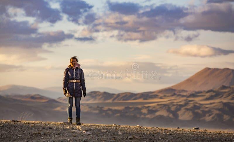 Donna mongola in un paesaggio al tramonto fotografia stock
