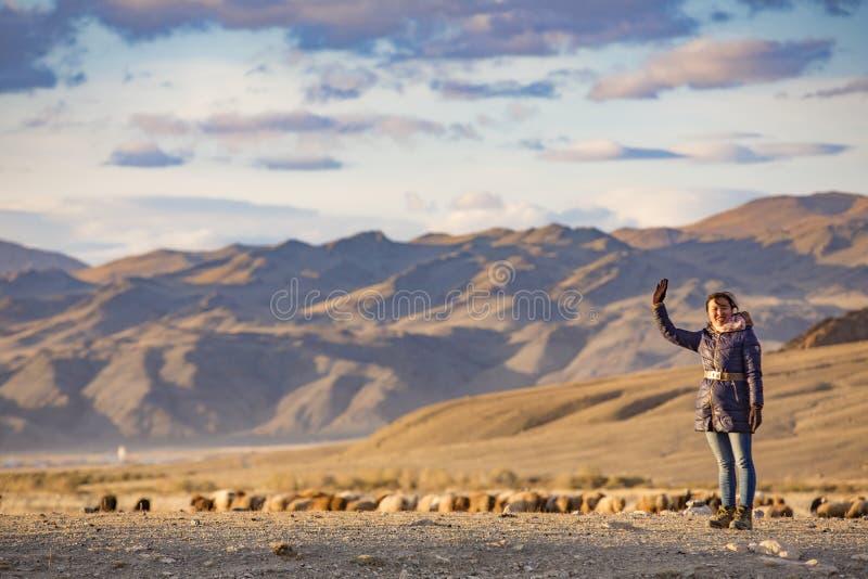 Donna mongola in un paesaggio al tramonto immagini stock