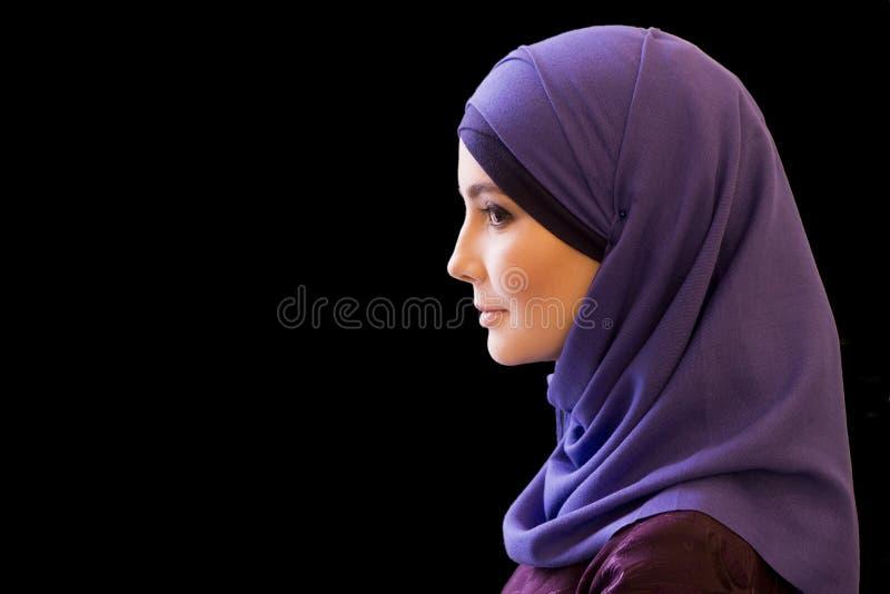 Donna musulmana affascinante in una sciarpa sulla sua testa nel profilo fotografia stock libera da diritti