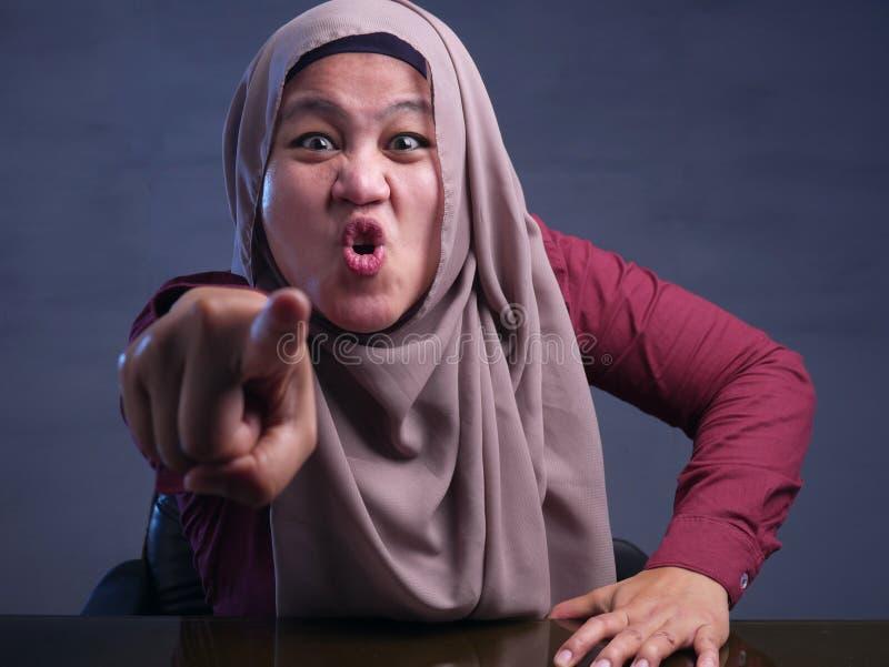 Donna musulmana arrabbiata con protagonista alla macchina fotografica fotografia stock libera da diritti