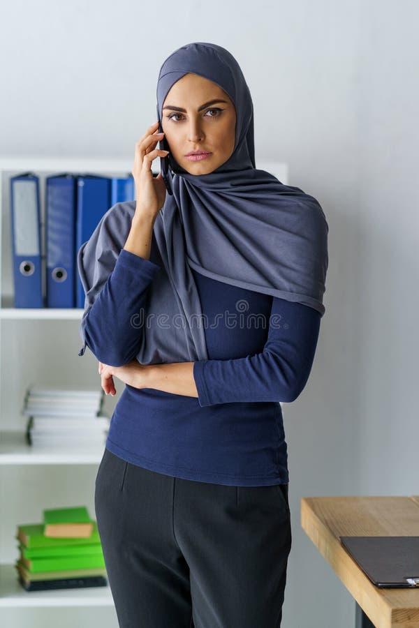 Donna musulmana che ha una conversazione immagine stock
