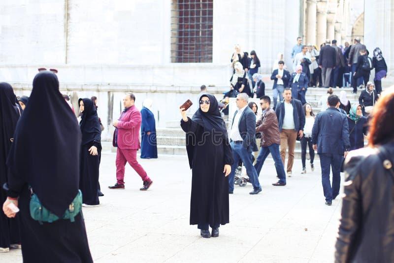 Donna musulmana che prende selfie sulla via immagine stock