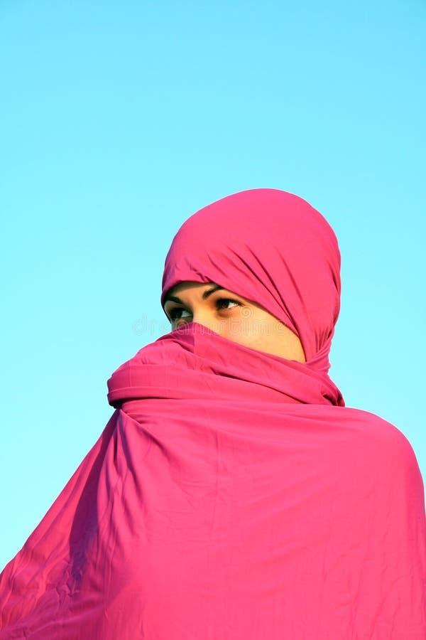 Donna musulmana che si nasconde dietro la sciarpa fotografie stock libere da diritti