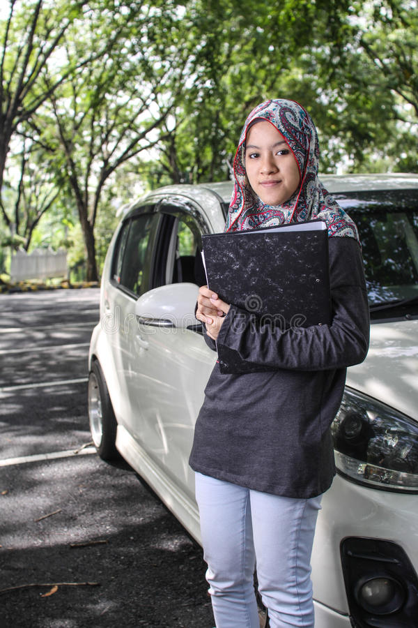Donna musulmana che tiene un archivio fotografia stock libera da diritti