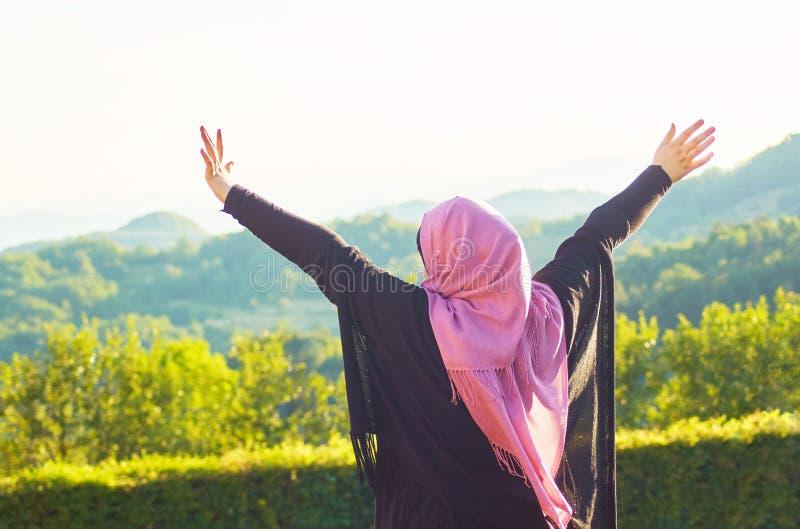 Donna musulmana con il velo che spende buon tempo al giorno soleggiato fotografia stock