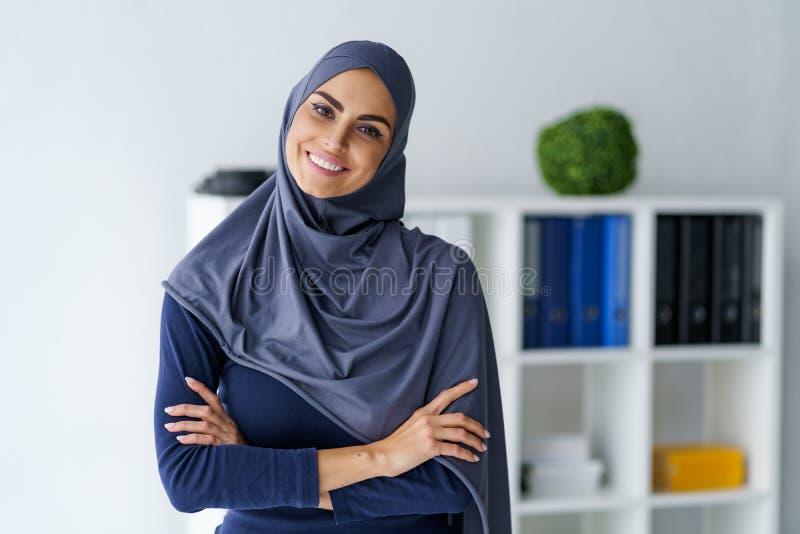 Donna musulmana con un bello sorriso fotografie stock libere da diritti