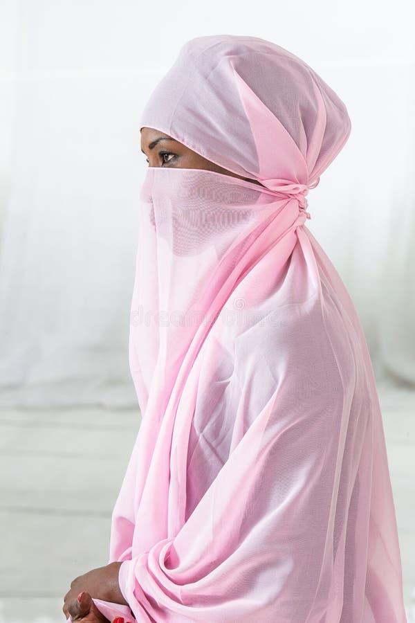 Donna musulmana del bello africano nero che indossa foulard rosa immagini stock