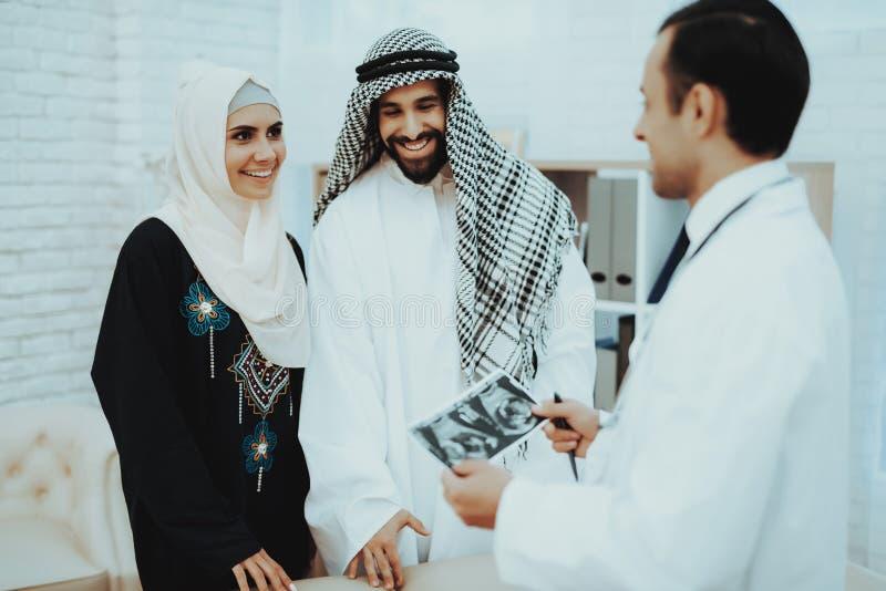 Donna musulmana di gravidanza felice con il marito arabo fotografia stock