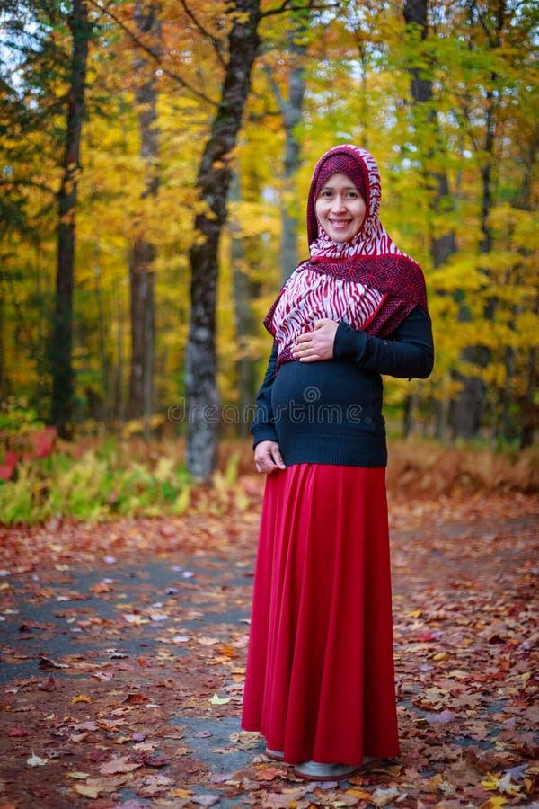 Donna musulmana incinta fotografie stock libere da diritti