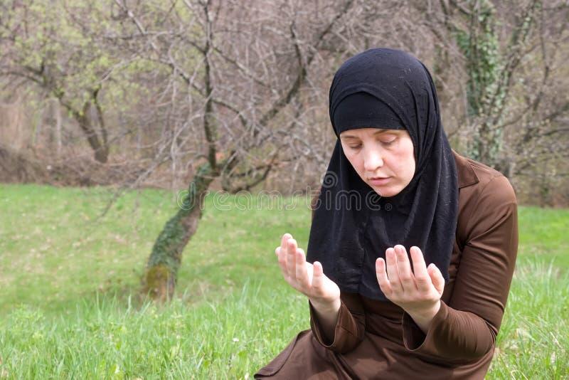 Donna musulmana in natura fotografie stock