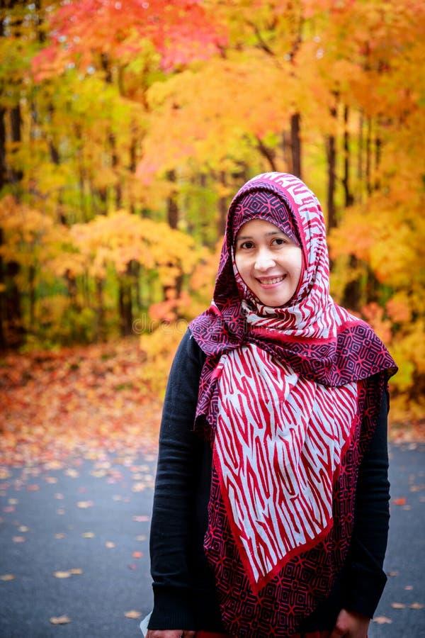 Donna musulmana nel Canada durante l'autunno immagini stock libere da diritti