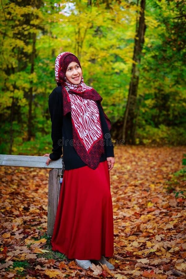 Donna musulmana nel Canada durante l'autunno fotografia stock libera da diritti