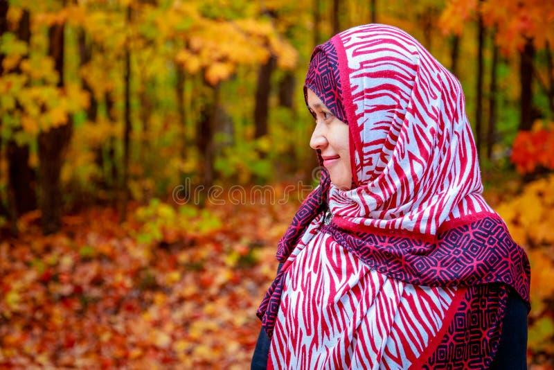 Donna musulmana nel Canada durante l'autunno immagine stock libera da diritti