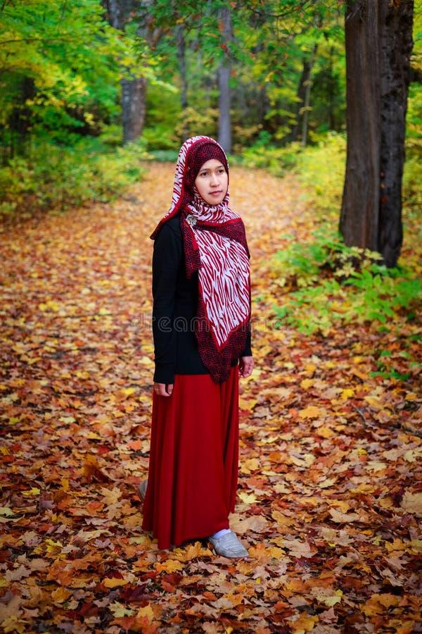 Donna musulmana nel Canada durante l'autunno immagini stock