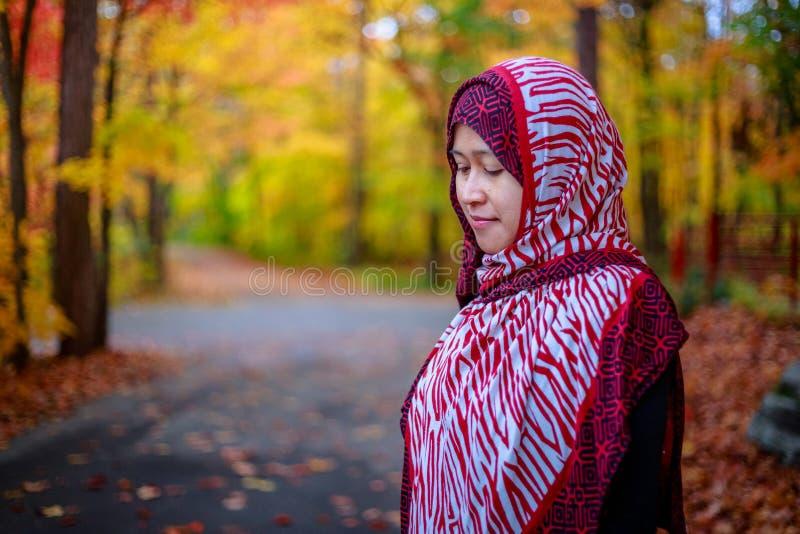 Donna musulmana nel Canada durante l'autunno fotografie stock libere da diritti