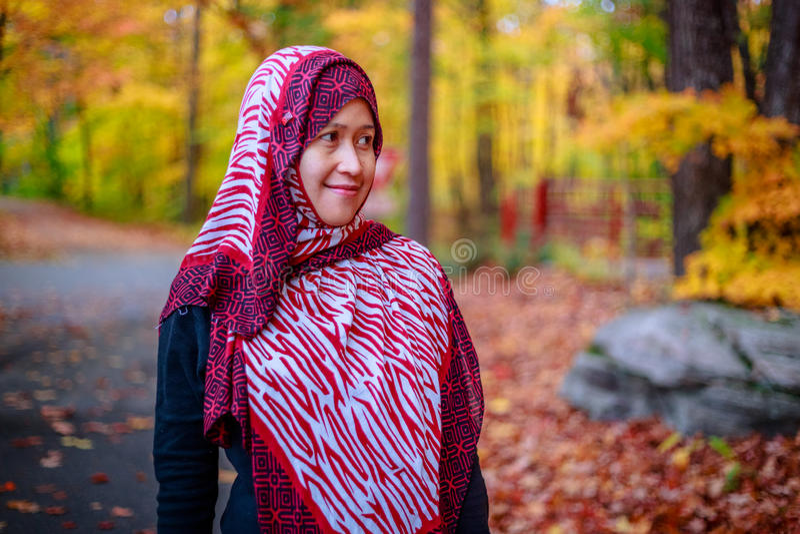 Donna musulmana nel Canada durante l'autunno fotografia stock