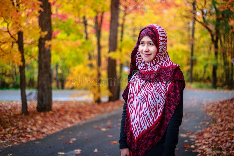 Donna musulmana nel Canada durante l'autunno immagine stock