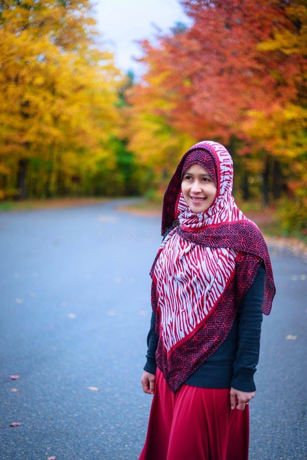 Donna musulmana nel Canada durante l'autunno fotografie stock