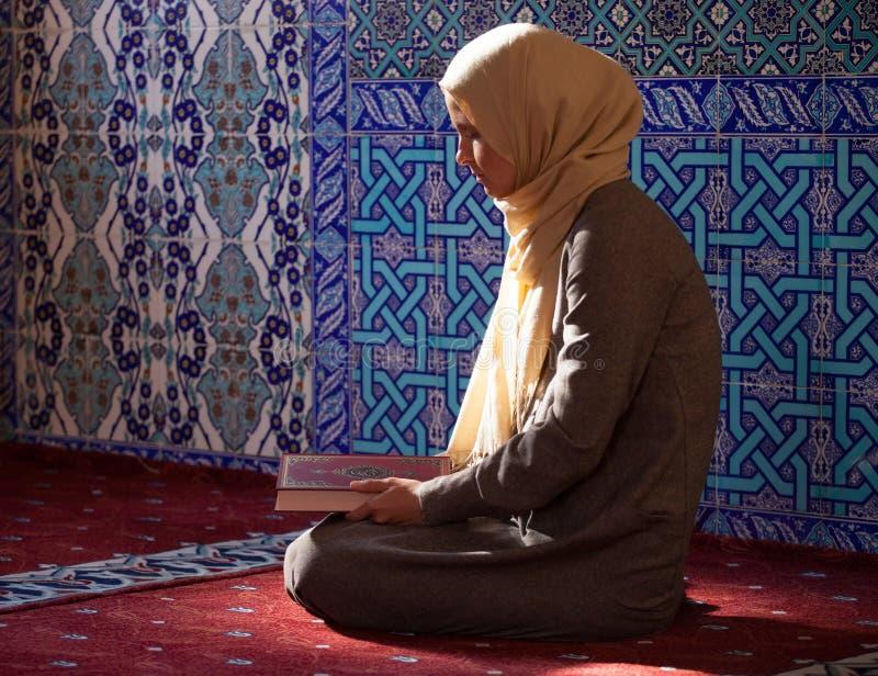 Donna musulmana nell'ambito della luce solare fotografia stock libera da diritti