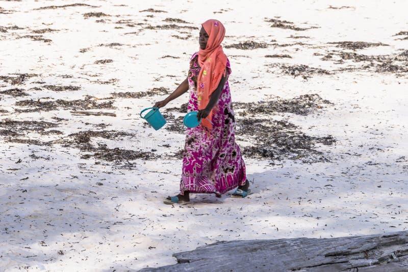 Donna musulmana sulla spiaggia fotografia stock