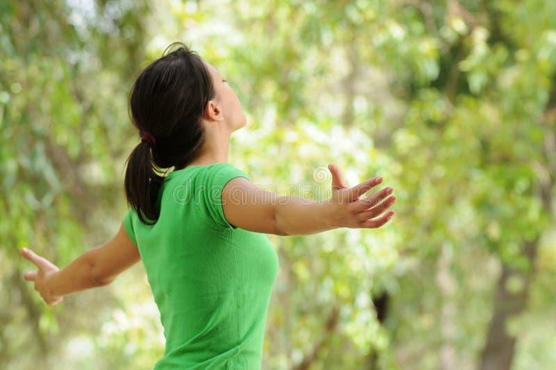 Donna in natura, verde e vegetazione immagine stock libera da diritti