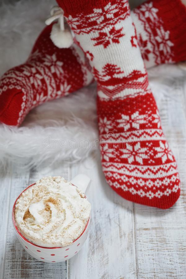 Donna nei calzini di Natale Concetto di natale e del nuovo anno di vacanza invernale fotografie stock libere da diritti