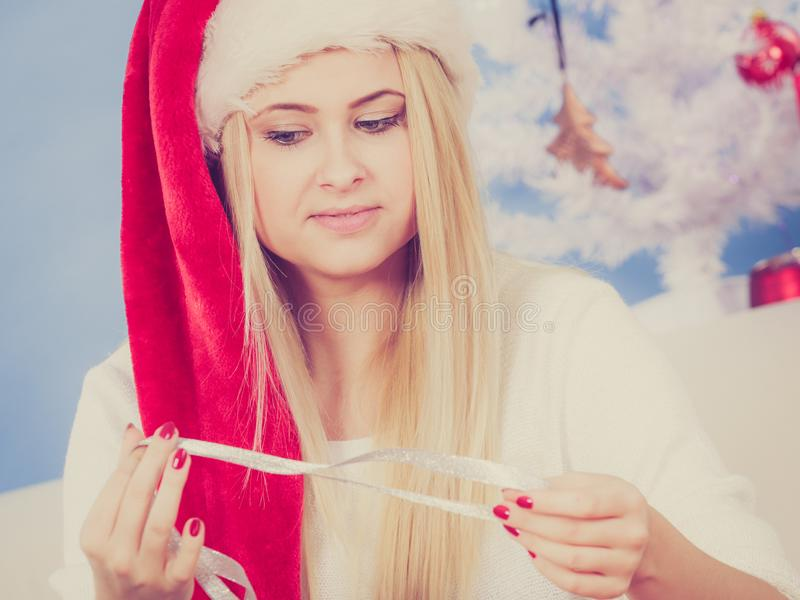 Donna nei regali di Natale di apertura del cappello di Santa fotografia stock