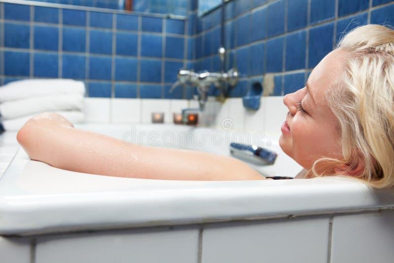 Donna nel bagno di distensione fotografia stock