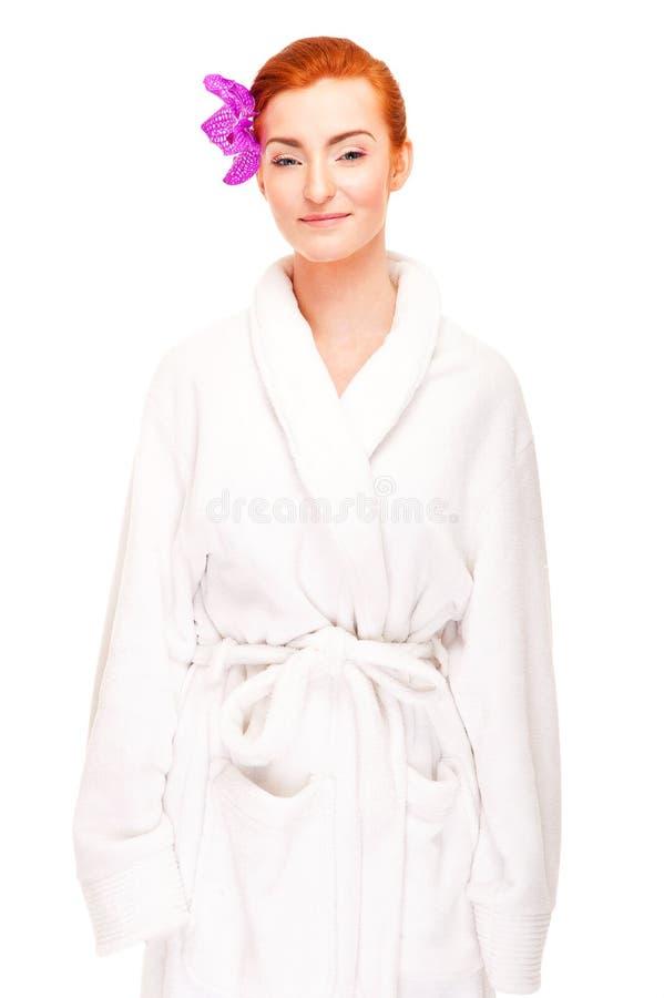 Donna nel batrobe con il fiore in capelli fotografie stock