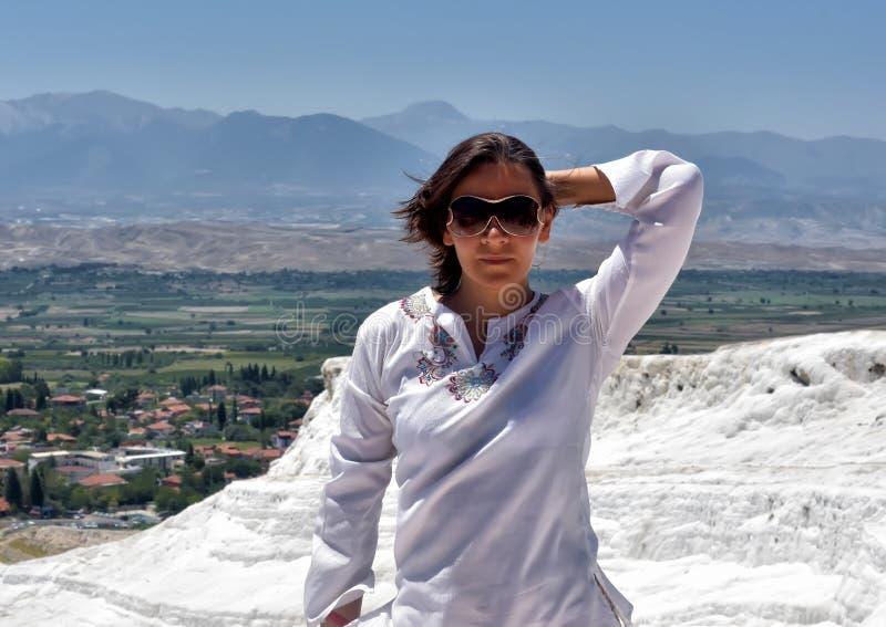 Donna nel bianco su un fondo del travertino del calcio fotografia stock libera da diritti