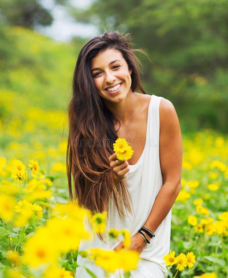 Download Donna nel campo dei fiori immagine stock. Immagine di verde - 30828503