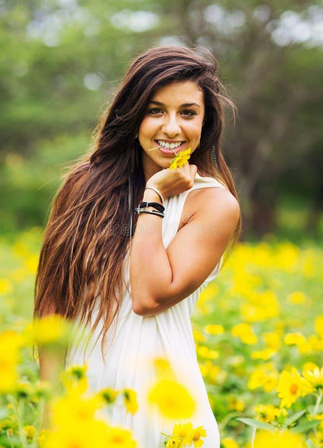 Download Donna nel campo dei fiori immagine stock. Immagine di chicchi - 30828521